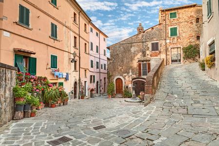 옛 이탈리아어 마을 카스타 녜토 카르 두치 그는 토스카나 이탈리아 레그혼 근처에 시인 조수에 카르 두치을 살았던 마을의 아름다운 코너 스톡 콘텐츠