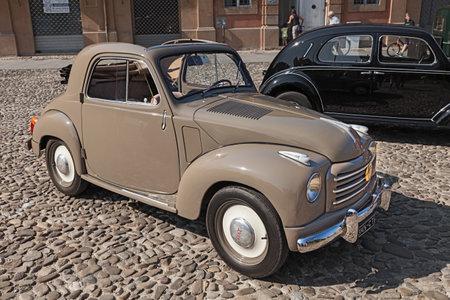 myszy: stary włoski mały samochód Fiat 500 C Topolino Trasformabile 1954 zaparkowany podczas klasycznych samochodów, motocykli i rowerów wiecu w dniu 30 sierpnia 2015 roku w Lugo, Ravenna, Włochy Publikacyjne