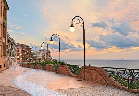 strandboulevard bij dageraad in Ortona, Abruzzo, Italië - mooi terras met straatlantaarn aan de Adriatische zee Stockfoto