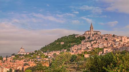 all'alba di Todi, antica cittadina sulla collina in Umbria, Italia Archivio Fotografico
