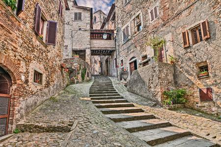 vintage: schilderachtige oude smal steegje met trap in het middeleeuwse dorpje Anghiari, Arezzo, Toscane, Italië Stockfoto