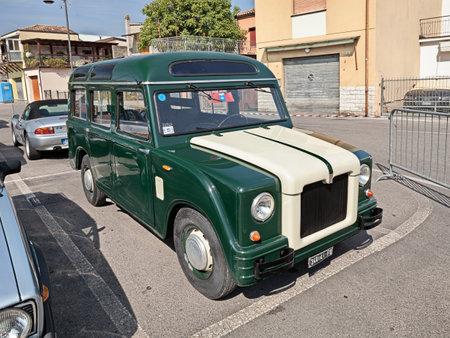 """motor de carro: vieja furgoneta militar Fiat 1100 - 103 Savio (1957) pertenecía a la policía italiana en el rally de coches clásicos durante el festival """"Mostrascambio"""" el 3 de septiembre de 2016 Gamettola, FC, Italia"""