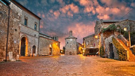 Sovana, Grosseto, Toskania, Włochy: starożytny plac o świcie w starym mieście średniowiecznej wiosce założonej w czasach etruskich