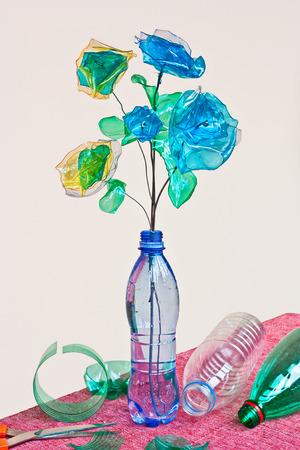 Kreativní recyklace: ručně vyráběné květiny vyrobené z odpadu z plastových lahví Reklamní fotografie