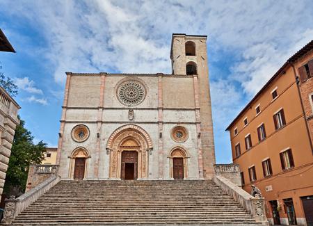 Todi, Umbria, Italia: la cattedrale medievale e rinascimentale della Santissima Annunziata (Duomo) nella città vecchia