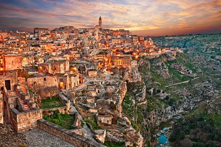 Matera, Basilikata, Italien: Landschaft in der Morgendämmerung der Altstadt (sassi di Matera) und der Bach am unteren Ende der tiefen Schlucht Standard-Bild - 75299696
