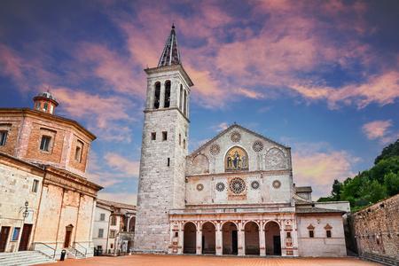 Spoleto, Umbrië, Italië: de middeleeuwse kathedraal van Santa Maria Assunta, een voorbeeld van romaanse architectuur