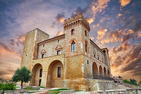 Crecchio, Chieti, Abruzzo, Italië: middeleeuws kasteel bij zonsondergang in de oude stad Stockfoto - 80309921