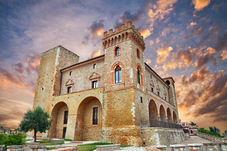 Crecchio, Chieti, Abruzzo, Italy : 오래 된 마을에서 일몰에서 중세 성 스톡 콘텐츠