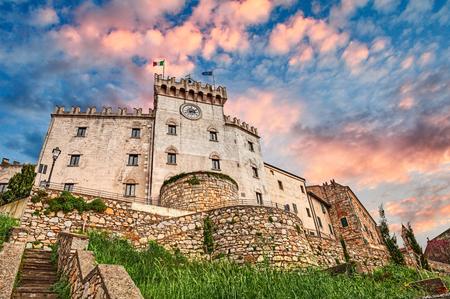 Rosignano Marittimo, Livorno, Toscane, Italië: middeleeuws italiaans kasteel in het dorp in de provincie van Livorno Stockfoto - 80890078