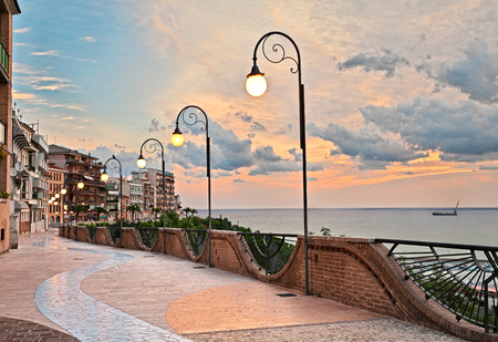 Ortona, Abruzzo, Italy: seafront at dawn, beautiful terrace with street lamp on the Adriatic sea 版權商用圖片