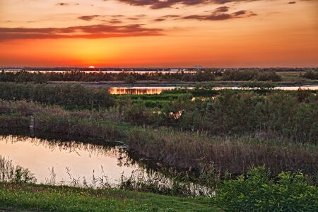Porto Viro, Rovigo, Veneto, Italië: lagune in het natuurreservaat Po Delta Park, landschap bij zonsondergang van het moeras