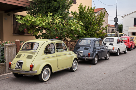 vintage Italian cars Fiat 500 parked during the classic car rally -Fiat 500 e auto storiche- on October 1, 2017 in Godo, Russi, RA, Italy 版權商用圖片 - 88383173