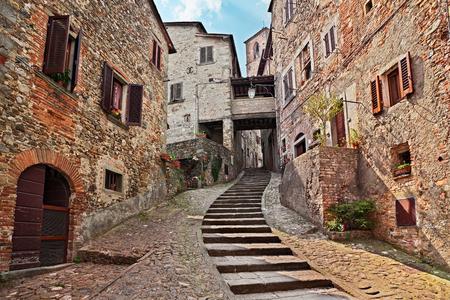 Anghiari, Arezzo, Toskana, Italien: malerische alte schmale Gasse mit Treppenhaus im mittelalterlichen Dorf