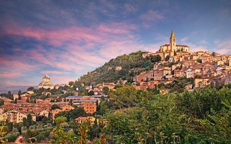 Todi, Perugia, Umbria, Italia: paesaggio all'alba della città medievale collina