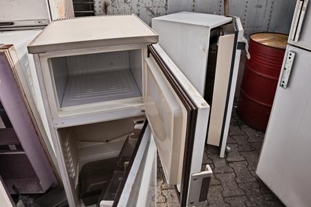 fridges dump, broken fridge containing cfc, danger to the ozone, hazardous waste Foto de archivo