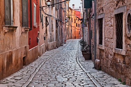 Rovinj, Istria, Croatia: picturesque old alley with ancient houses in the medieval town Stockfoto
