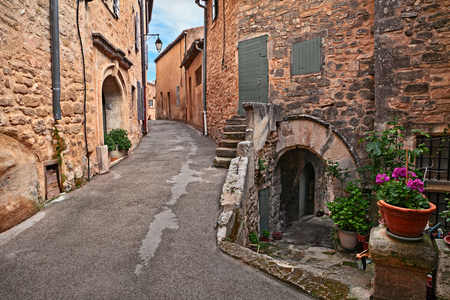 Lacoste, Vaucluse, Provence, France: picturesque ancient alley in the old town of the medieval village Standard-Bild