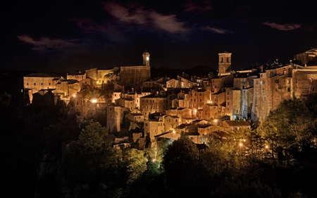 Sorano, Grosseto, Tuscany, Italy: night landscape of the picturesque medieval hill town Archivio Fotografico