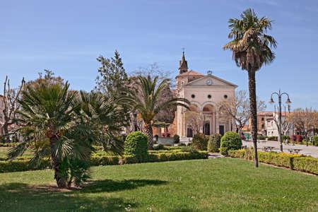 Vada, Rosignano Marittimo, Livorno, Tuscany, Italy: view of Garibaldi square with the church of San Leopoldo Re and the beautiful garden Stockfoto
