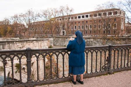 tevere: a religious sister was fotogrando the Tiber by a bridge