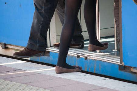 pantalones abajo: Durante una parada de tren a una chica se mete en el coche mientras un hombre menos Foto de archivo