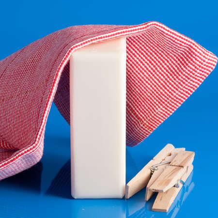 barrettes: abiti sapone e mettere su un panno blu per la pulizia Archivio Fotografico
