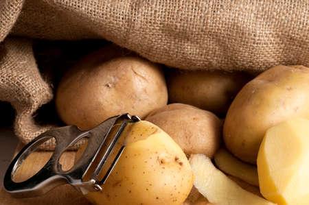 sacco juta: patate di fuori di un sacco di iuta Archivio Fotografico