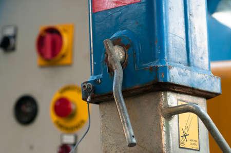 palanca: detalle de una palanca de bloqueo y el fondo de emergencia y los controles de parada de un ascensor