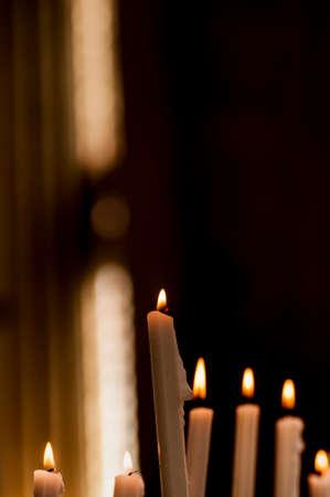 santa cena: detalle de algunas velas encendidas en la iglesia