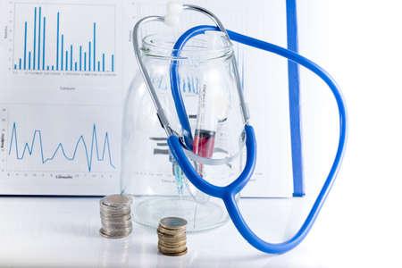imagen conceptual con la medicina y dinero.