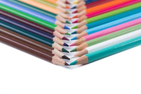 hoja en blanco: lápices de colores sobre una hoja de papel en blanco