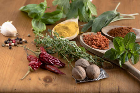 finocchio: Varie spezie colorate e droghe alimentari sul tavolo di legno Archivio Fotografico