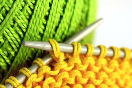 art and craft equipment: Agujas de tejer e hilo. Foto de archivo