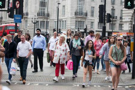 taxista: Londres, Reino Unido - 17 de julio de 2016. Los peatones cruzan una carretera