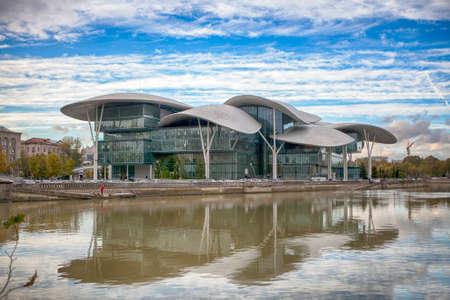 registro: TBILISI, GEORGIA - CIRCA OCTUBRE DE 2016: Edificio moderno del Ministerio de Justicia y la Agencia de Registro Civil cerca del río Kura en el centro de Tbilisi.