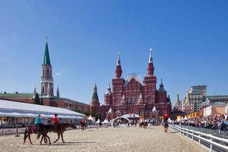 """모스크바. 러시아 -2010 년 9 월 30 일 러시아 모스크바의 유명한 붉은 광장 모스크바. 붉은 광장에 경마장. 축제 """"Spassky Tower"""""""