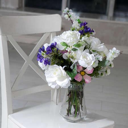 인공 장미로 꽃병에 테이블에 인공 장미, phlox 및 종소리의 꽃다발 스톡 콘텐츠