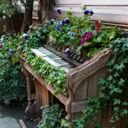 公園の装飾として、ベッドの代わりに使用される古いピアノ。