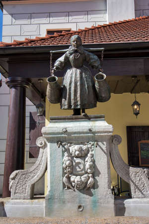 Poznan, Poland, April 30, 2018: Old Market sqaure in Poznan. Poland Statue of Bamberka water fountain depicting a woman with shoulder-yoke at Stary Rynek square in Poznan. Редакционное