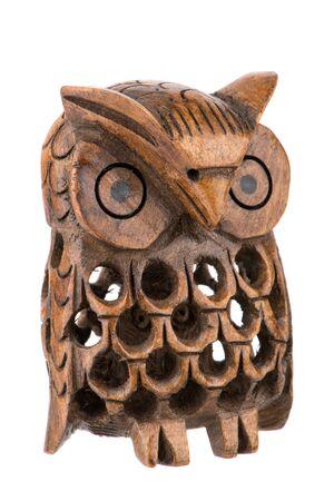 tallado en madera: Decorativo búho woodcarved dentro de un búho aislado en blanco