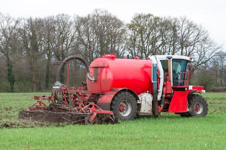 amoniaco: La inyección de estiércol líquido con esparcidor de estiércol de cultivo en los Países Bajos. Foto de archivo
