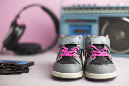 velcro: this composition pays homage to the legendary 80s through some typical of that era objects