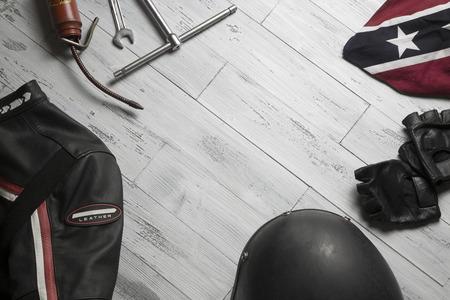 casco de moto: de arriba de un conjunto de accesorios de época para el motorista Foto de archivo