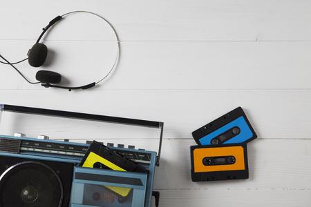 portrait d'une vieille radio avec des cassettes