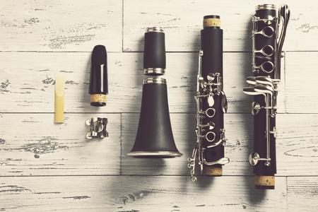 clarinet: por encima de un clarinete desmontado en la parte superior de madera Foto de archivo