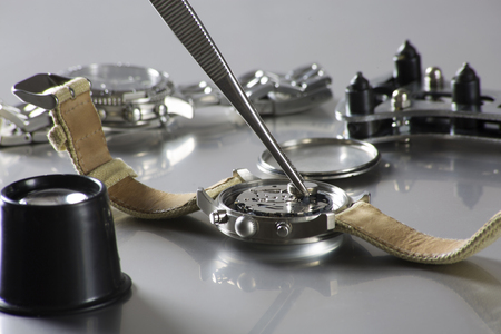 時計ツールと時計の電池を交換のマクロ 写真素材
