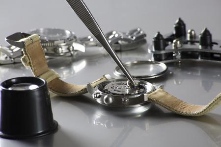macro de reemplazar una batería de reloj con herramientas de relojero Foto de archivo