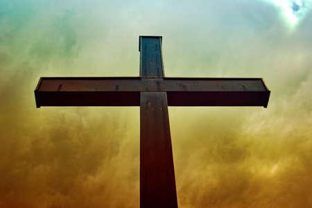 cruz religiosa: Cruzar el cielo nublado hdr