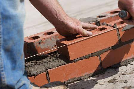 bricklayer: Alba�il de construcci�n de un muro Foto de archivo